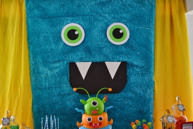monster-bash-themed-boys-birthday-party-table-backdrop-ideas