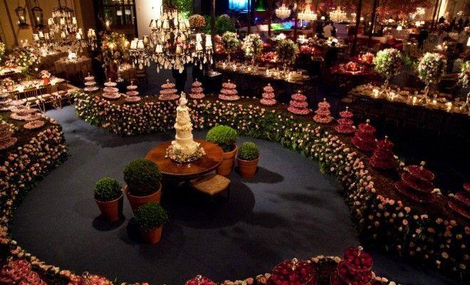 Mesa-de-doces-decorada-com-caminho-de-flores-Por-Roni-Vieira-660x400